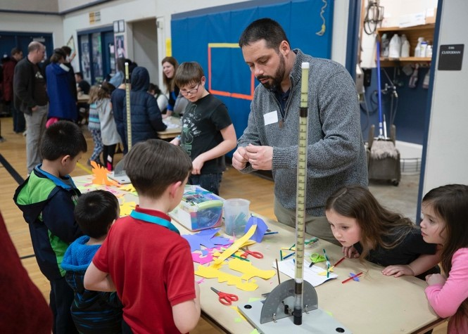 Shipyard, Warfare Center in NW Washington Help Promote sTEM at School Event
